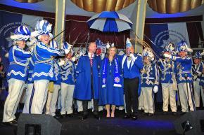Beschützt, beschirmt, beschenkt: Venetia und Prinz in Blau und Weiss